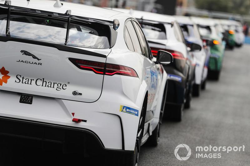 Uno de los autos de Team China cars al final de la fila de autos