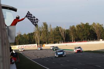 Bandera a cuadros para Dusan Borkovic, Target Competition Hyundai i30 N TCR