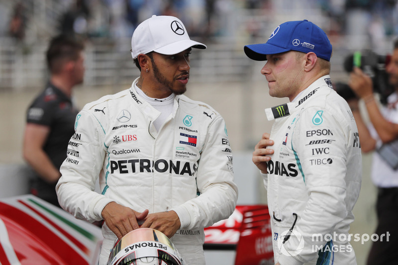 Lewis Hamilton, Mercedes AMG F1, festeggia la pole con Valtteri Bottas, Mercedes AMG F1.
