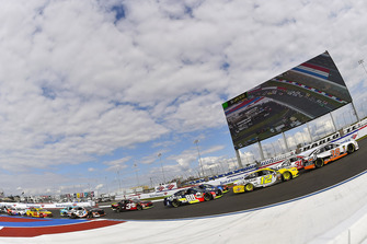 David Ragan, Front Row Motorsports, Ford Fusion MDS Transport, Ryan Blaney, Team Penske, Ford Fusion Menards/Pennzoil