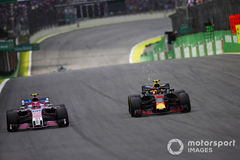 Max Verstappen, Red Bull Racing RB14 Tag Heuer, passa Esteban Ocon, Force India VJM11 Mercedes, before the pair make contact.