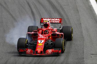 Kimi Raikkonen, Ferrari SF71H, locks up