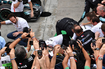 Dranghekken vallen om als Lewis Hamilton, Mercedes AMG F1 feest viert met zijn monteurs in Parc Ferme