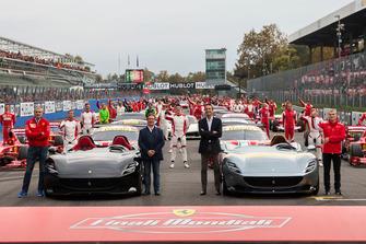 Foto de grupo con Maurizio Arrivabene, Ferrari, Louis Camilleri, jefe ejecutivo, Ferrari, Enrico Galliera, Marketing y oficial comercial, Ferrari, Antonello Coletta, Sportive GT