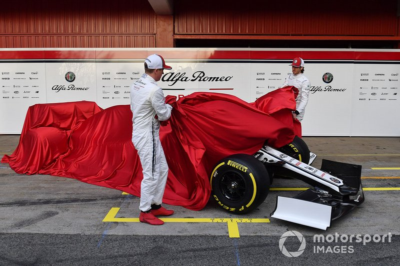 Kimi Raikkonen, Alfa Romeo Racing, Antonio Giovinazzi, Alfa Romeo Racing dévoilent l'Alfa Romeo Racing C38