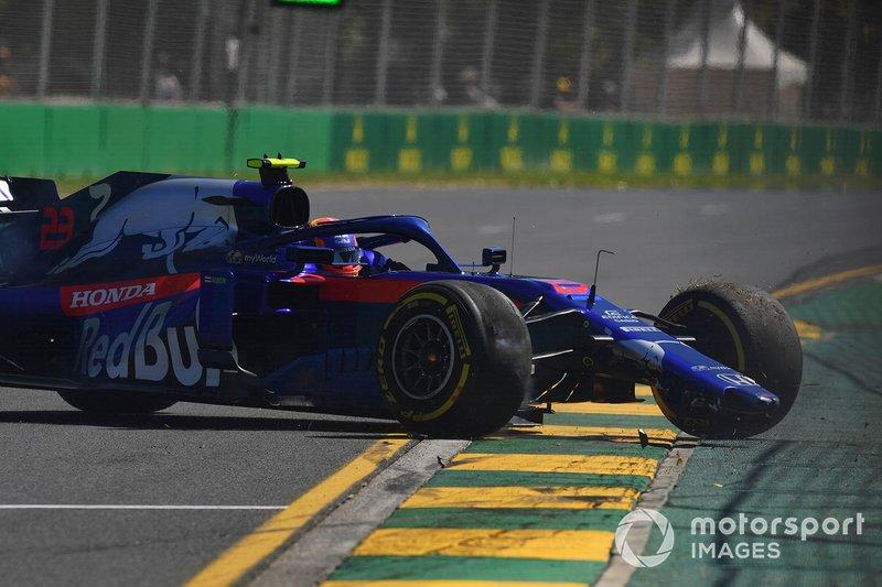 Alexander Albon, Toro Rosso STR14, melintir