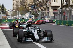 Valtteri Bottas, Mercedes AMG F1 W09, Daniel Ricciardo, Red Bull Racing RB14 Tag Heuer, Max Verstappen, Red Bull Racing RB14 Tag Heuer, Kimi Raikkonen, Ferrari SF71H, y Esteban Ocon, Force India VJM11 Mercedes, al inicio
