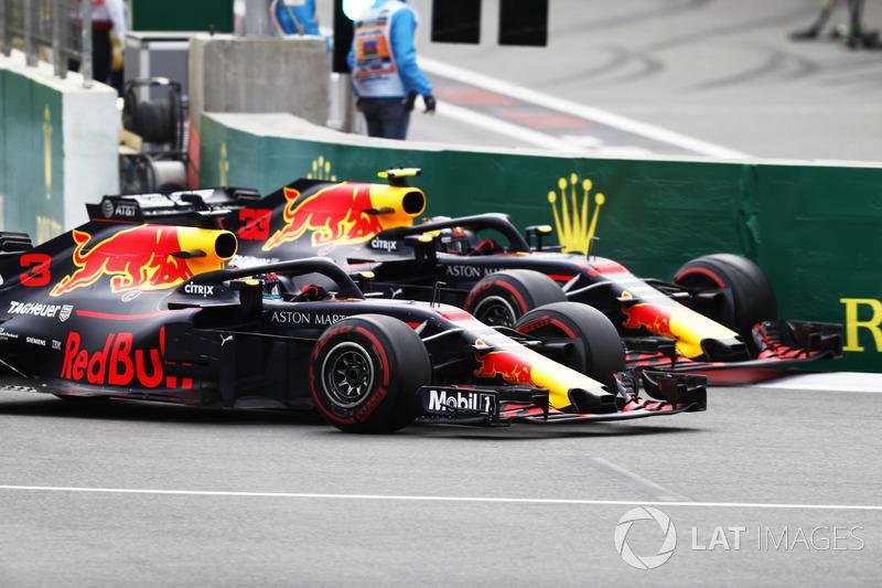 Duel Daniel Ricciardo, Red Bull Racing RB14 Tag Heuer, dengan Max Verstappen, Red Bull Racing RB14 Tag Heuer