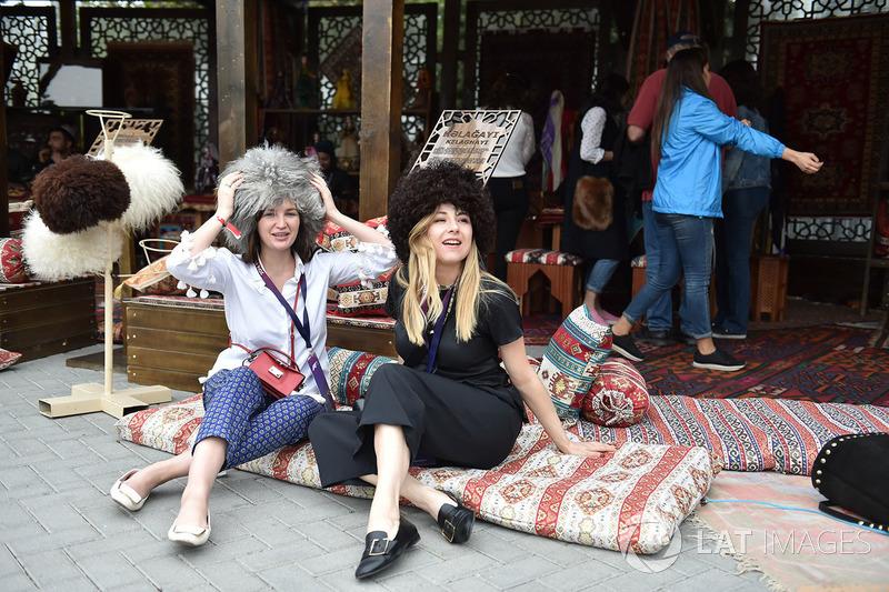Essas fãs se divertiram com a cultura do Azerbaijão
