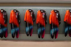 Гоночные комбинезоны участников McLaren World's Fastest Gamer