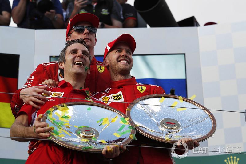 الفائز بالسباق سيباستيان فيتيل، فيراري يحتفل بالجائزة على منصة التتويج مع كيمي رايكونن، فيراري