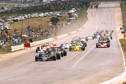 Mario Andretti, Lotus 78 Ford leads Jody Scheckter, Wolf WR1 Ford, Nikim Lauda, Brabham BT46 Alfa Romeo and James Hunt, McLaren M26 Ford, alla partenza
