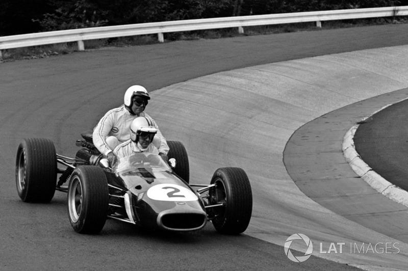 Nurburgring 1967: Jack Brabham (Brabham) menumpang Denny Hulme (Brabham)