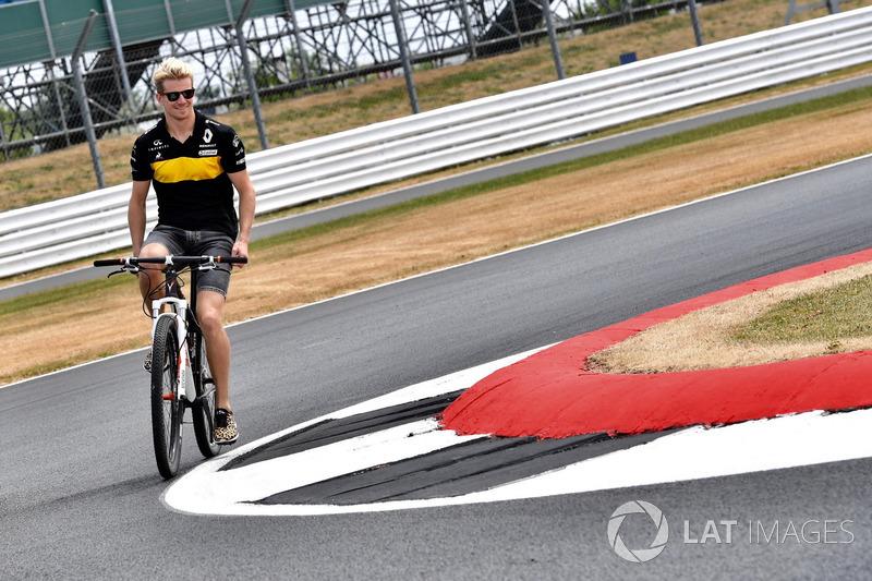 Nico Hulkenberg, Renault Sport F1 Team, va in bici lungo il circuito