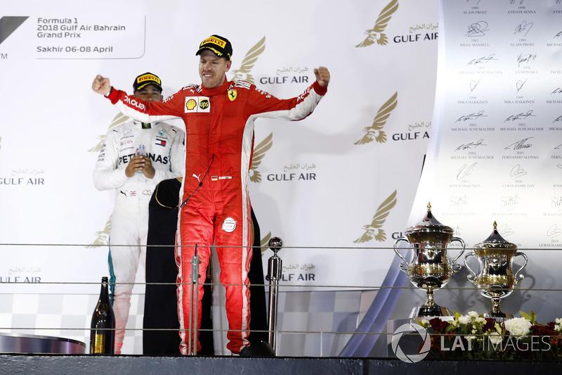Переможець Себастьян Феттель, Ferrari, з'являється на подіумі