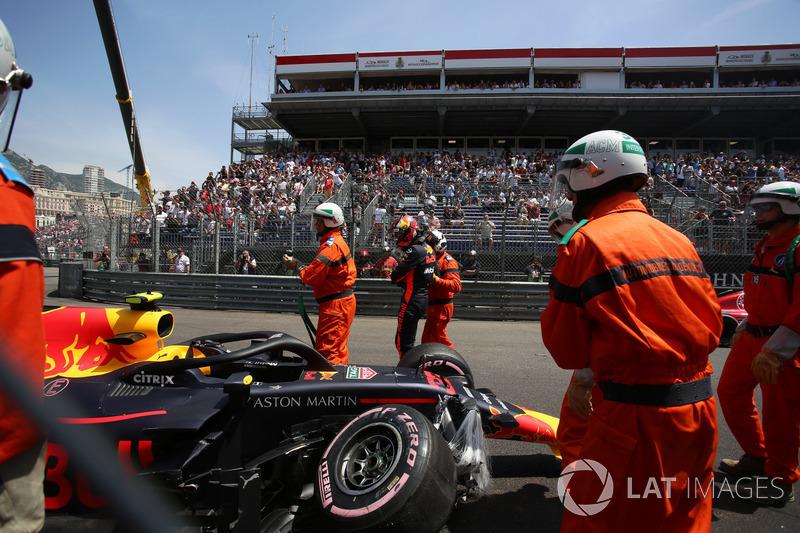 Oficiales recupera el coche accidentado de Max Verstappen, Red Bull Racing RB14