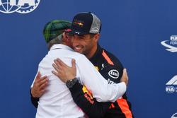 Ganador de la pole Daniel Ricciardo, Red Bull Racing celebra con Jackie Stewart, en el parque cerrado