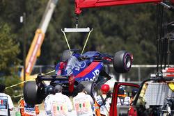 Marshals remove the car of Brendon Hartley, Scuderia Toro Rosso STR12