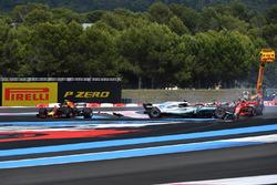 Sebastian Vettel, Ferrari SF71H hits Valtteri Bottas, Mercedes-AMG F1 W09 at the start of the race