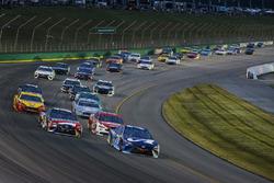 Martin Truex Jr., Furniture Row Racing, Toyota Camry Auto-Owners Insurance, guida il gruppo