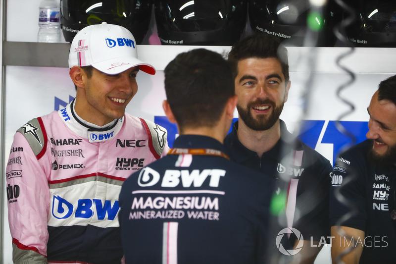 Esteban Ocon, Force India, con ingenieros