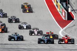 Lewis Hamilton, Mercedes AMG F1 W08, Sebastian Vettel, Ferrari SF70H, in lotta alla partenza della gara