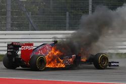 Daniil Kvyat, Toro Rosso STR9 Renault, alev alıyor