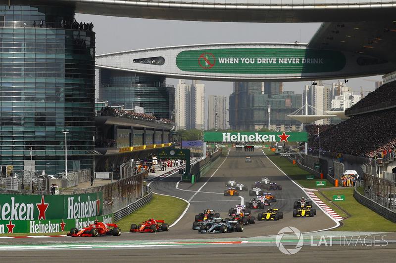 Sebastian Vettel, Ferrari SF71H, precede Kimi Raikkonen, Ferrari SF71H, Valtteri Bottas, Mercedes AMG F1 W09, Lewis Hamilton, Mercedes AMG F1 W09, Max Verstappen, Red Bull Racing RB14 Tag Heuer, e il resto del gruppo, alla partenza