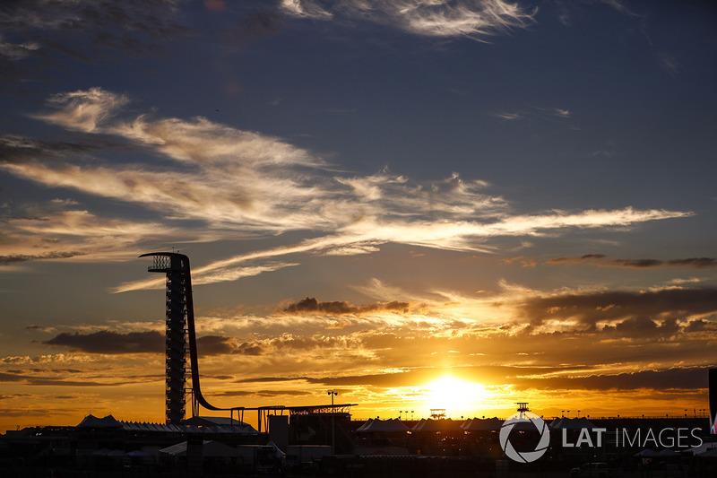 El sol se pone detrás de la torre ver