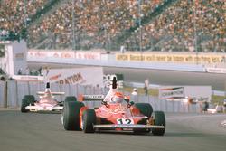 Niki Lauda, Ferrari 312T, Emerson Fittipaldi, McLaren M23 Ford