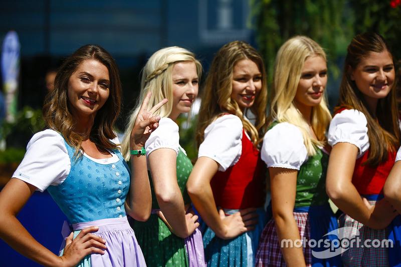 De jeunes autrichiennes posent en tenue traditionnelle