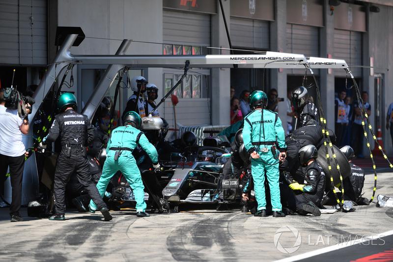Lewis Hamilton, Mercedes-AMG F1 W09, pit stop