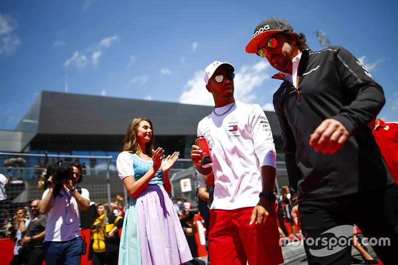 Lewis Hamilton, Mercedes AMG F1 y Fernando Alonso, McLaren, hablan antes del desfile de pilotos