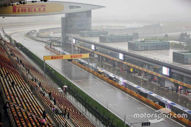 Circuito húmedo y lluvioso recta de la meta