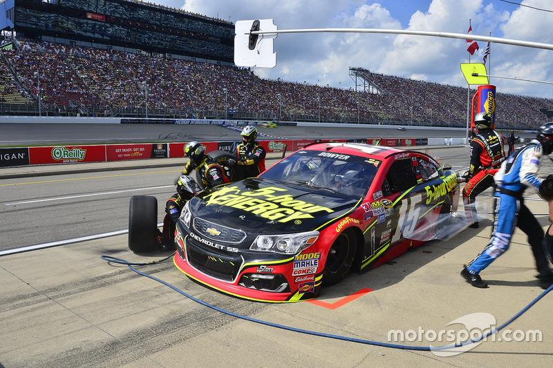 Clint Bowyer, HScott Motorsports Chevrolet, pit stop