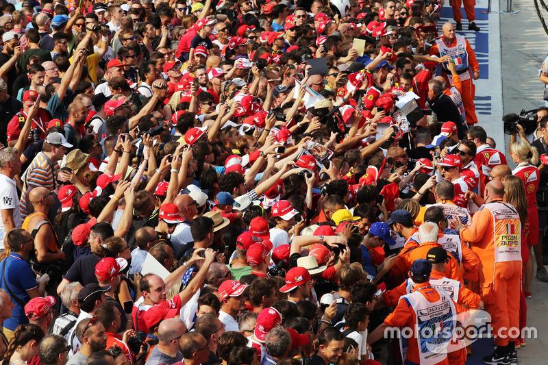 Kimi Raikkonen, Ferrari imza dağıtıyor