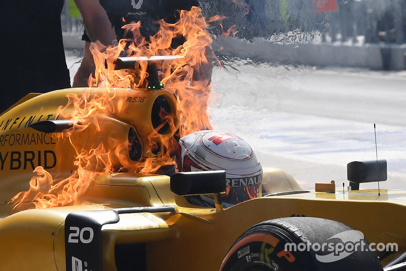 #7: Feuer bei Kevin Magnussen, Renault RS16