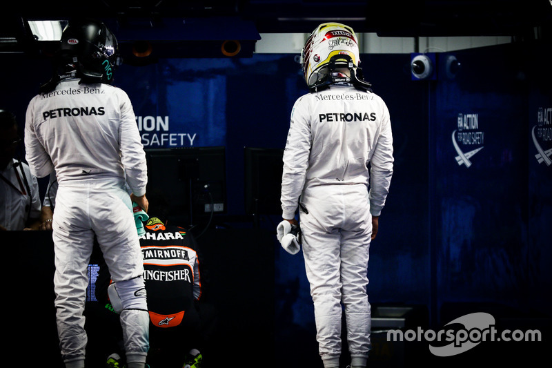 (L to R): Nico Rosberg, Mercedes AMG F1 and team mate Lewis Hamilton, Mercedes AMG F1 in parc ferme
