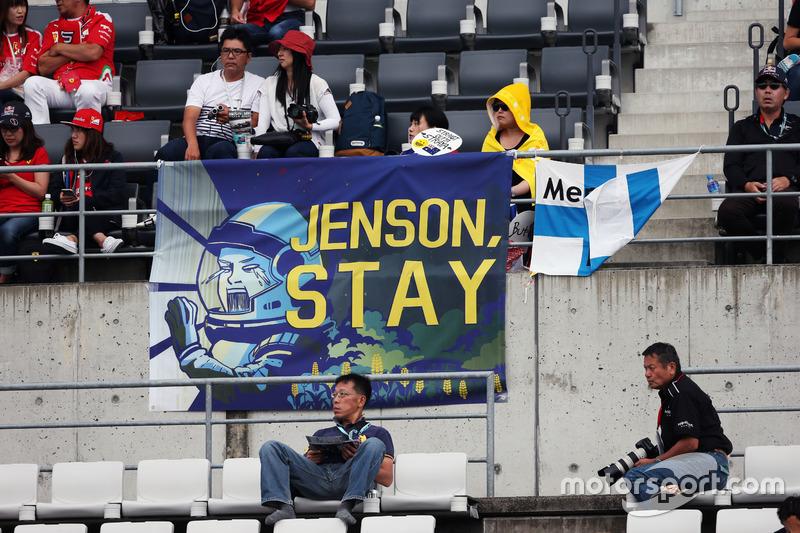 Aficionados en la tribuna y un banner para Jenson Button, McLaren