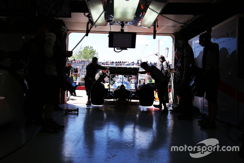 Sahara Force India F1 VJM09 pushed back in the pits