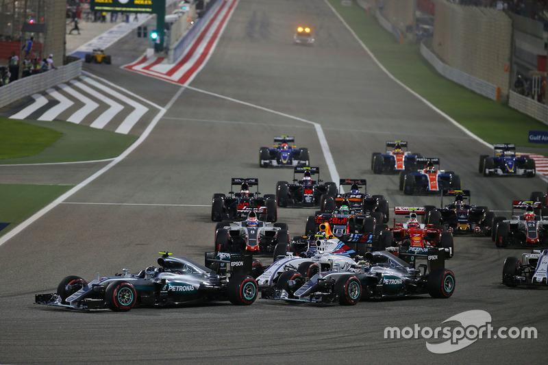 Start zum Rennen: Nico Rosberg, Mercedes AMG F1 Team W07 und Lewis Hamilton, Mercedes AMG F1 Team W0