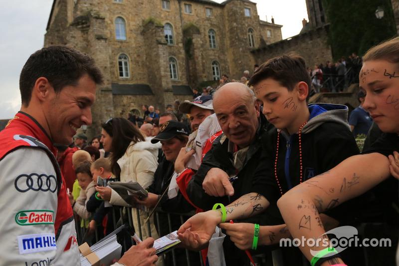 #8 Audi Sport Team Joest Audi R18: Loic Duval firma de autógrafos para los fans