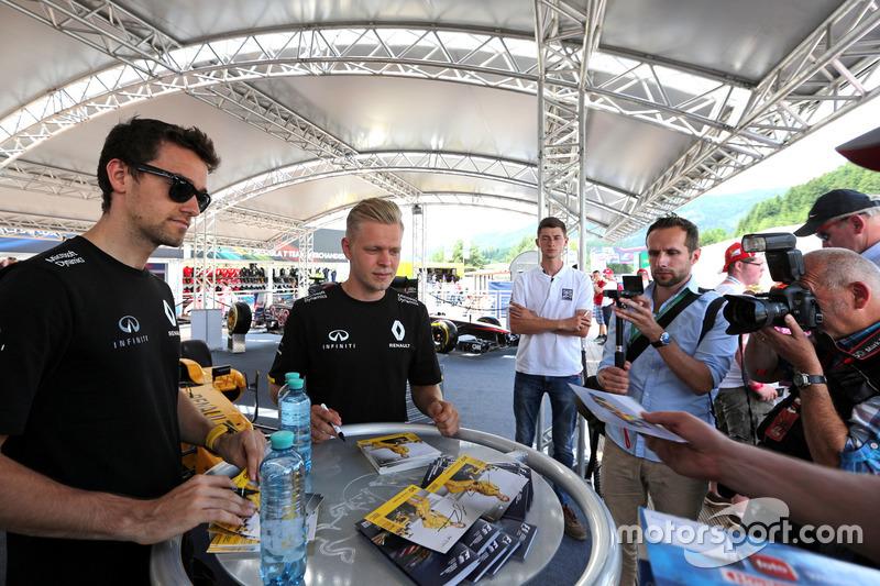 Jolyon Palmer, Renault Sport F1 Team and Kevin Magnussen, Renault Sport F1 Team