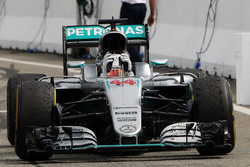 Ganador de la carrera Lewis Hamilton, híbrido de Mercedes AMG F1 W07 celebra cuando entra parc ferme