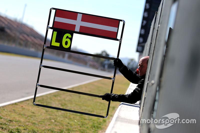 Pit board for Kevin Magnussen, Renault Sport F1 Team