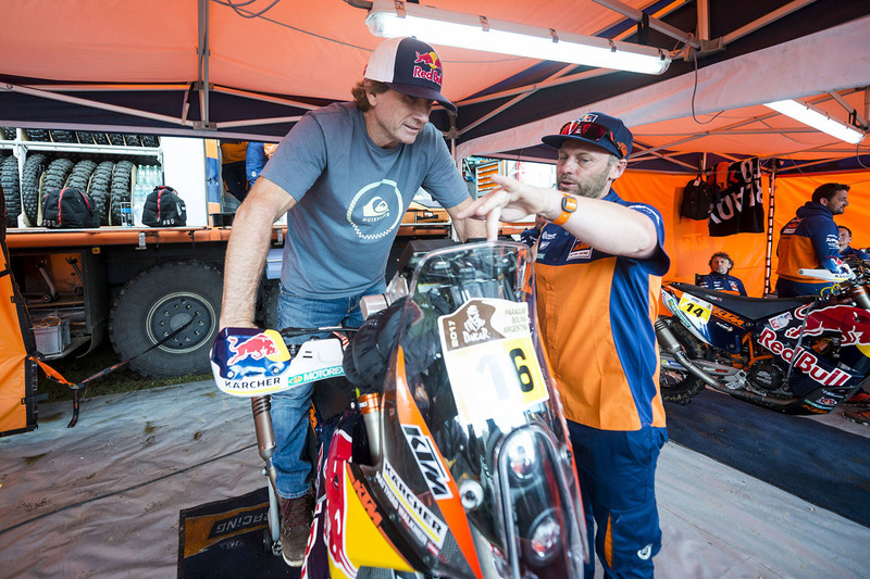 Robby Naish con la moto de #16 Red Bull KTM Factory Racing: Matthias Walkner