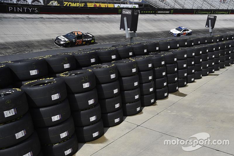 Martin truex jr furniture row racing toyota at bristol for Furniture row racing