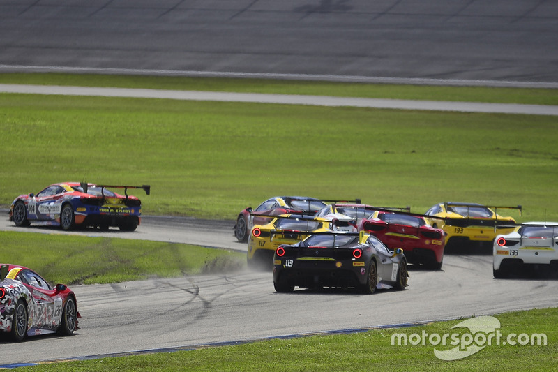 Авария: Амир Кермани (№117, The Collection, Ferrari 488 Challenge) и Жером Якалоне (№124, Ferrari of Long Island, Ferrari 488 Challenge)