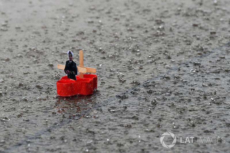 Perahu mini dengan gambar Gunther Steiner buatan tim Haas di pitlane