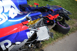 Wreckage of the car of Carlos Sainz Jr., Scuderia Toro Rosso STR12, after his collision, Felipe Massa, Williams FW40, on the opening lap